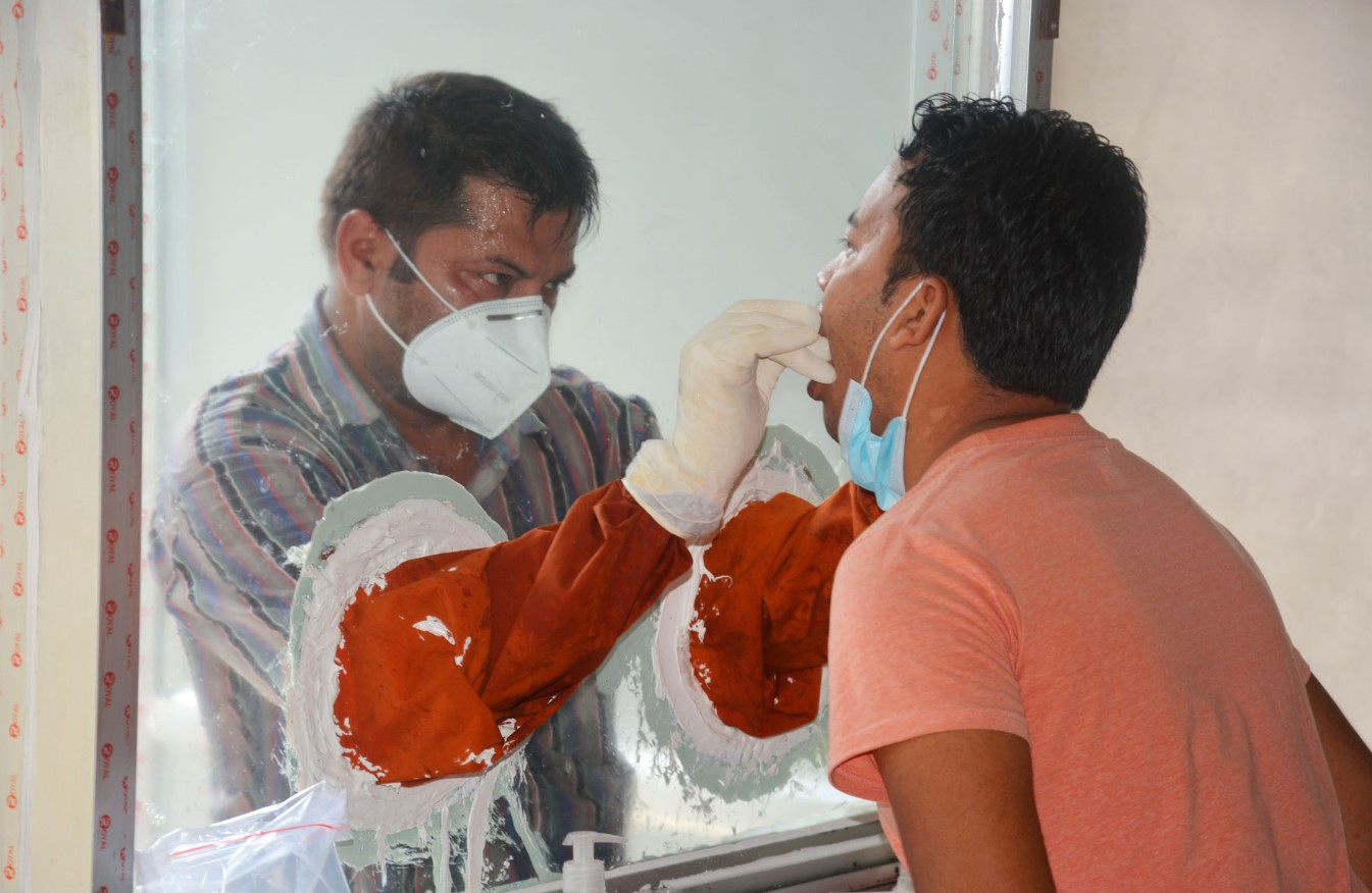 Photo of नागरिकको घरघरमा पुगेर स्वाब संकलन
